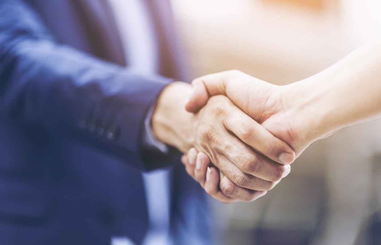 ビジネスマンが握手しているイメージ