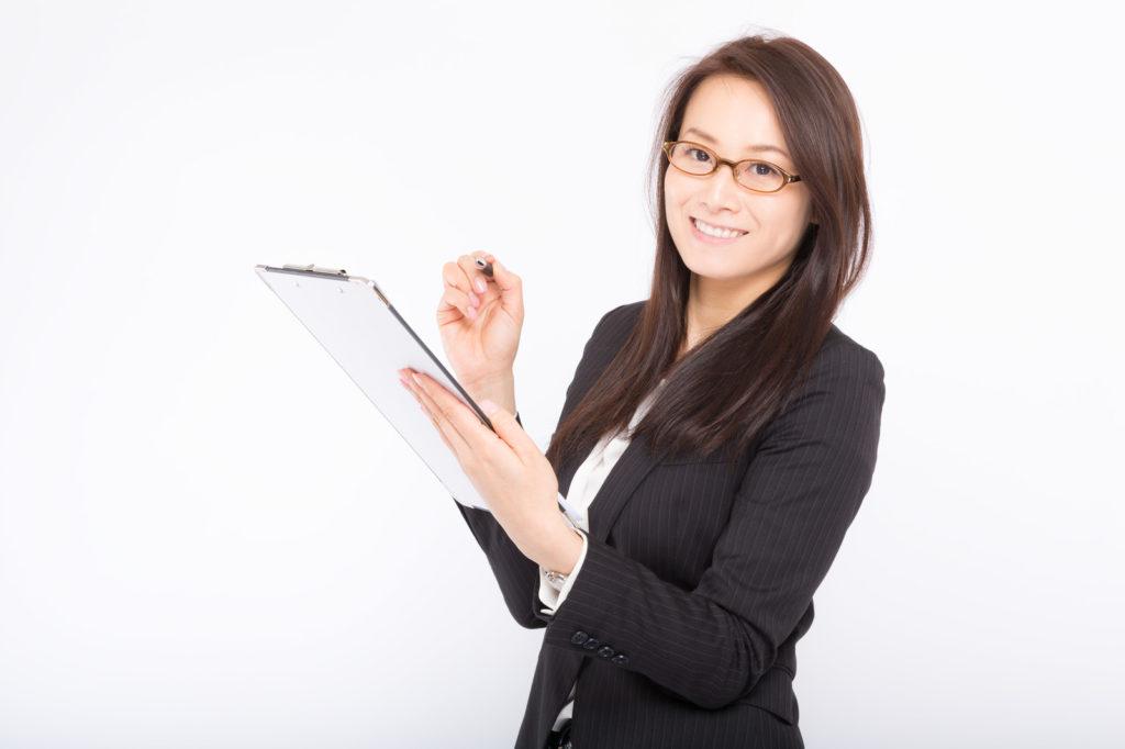 ノートとペンを持った女性の画像