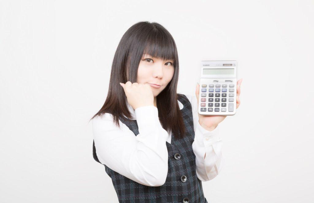 電卓を片手に説明する女性の画像