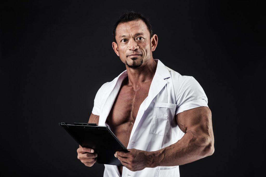 アドバイスをする筋肉マンの画像