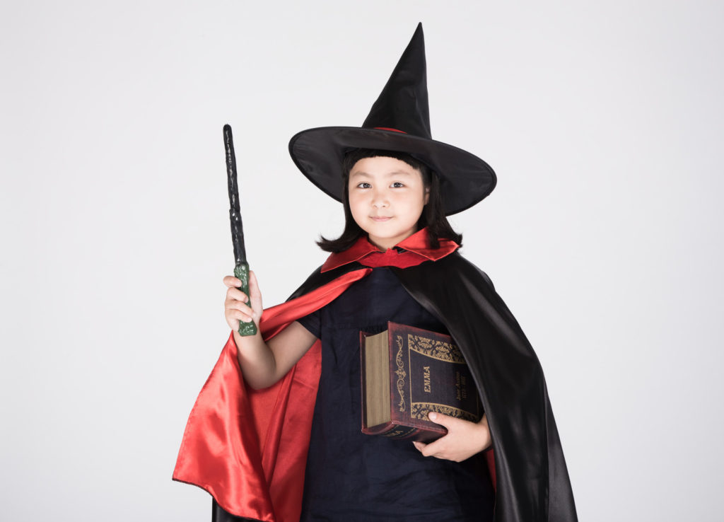 魔女の恰好でワンポイントアドバイスをする女の子の画像